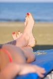 De benen van het meisje van Nice op zandstrand Stock Fotografie
