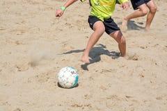 De benen van het strandvoetbal Stock Afbeelding