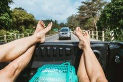 De benen van twee mensen reisten in bestelwagen Stock Fotografie
