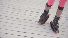 De benen van vrouwen in kangoo openlucht springen stock videobeelden