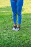 De benen van vrouwen met leuke schoenen royalty-vrije stock afbeeldingen
