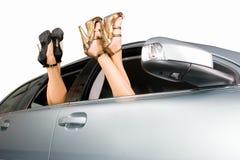 De benen van vrouwen in venster Stock Foto's