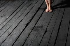 De benen van Woman?s op vloer Stock Afbeeldingen