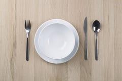 De benoemingen van de lunchlijst met plaat, mes en vork stock foto's