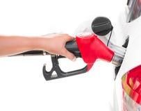 De benzinepijp die van de handholding die een auto opvullen op wit wordt geïsoleerd Stock Foto