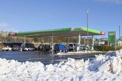 De Benzinepost van de Asdasupermarkt in de voorwaarden van de de wintersneeuw Royalty-vrije Stock Fotografie