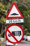 De Beperking van de Vrachtwagens van de Bult van de Weg van het teken Royalty-vrije Stock Fotografie
