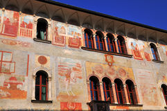 Hus med Frescoes, Trento, Italien. royaltyfri bild
