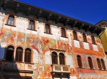Hus med Frescoes, Trento, Italien. arkivfoton