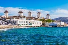 De berömda Mykonos väderkvarnarna Royaltyfri Fotografi