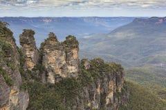 De berömda tre systrarna vaggar bildande i den blåa bergNaen Arkivfoto