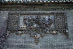 De berömda turist- dragningarna i Guangzhou stadsKina Chen den släkt- templet på taket, tegelsten producera dekorativ landskapfor Arkivbild
