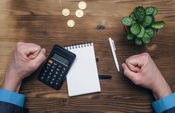 De berekening van de geldmunt Calculator en leeg notastootkussen op bureau stock foto
