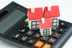 De berekening van huiskosten, hypotheek en huislening of het concept van de onroerende goederenprijs, groep miniatuurhuizen met r stock fotografie