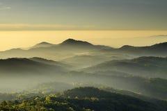 De berg bekijkt hout en de mist royalty-vrije stock afbeelding