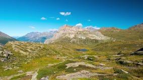 De berg bereikt en alpien meer met het bewegen van wolken over de Alpen in de zomer, Maurienne, Savoie, Frankrijk een hoogtepunt  stock footage
