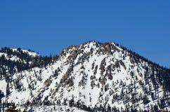 De berg bereikt omringend Meer Tahoe, Californië een hoogtepunt stock fotografie