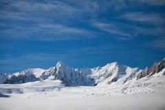 De berg blauwe hemel van de sneeuwheuvel royalty-vrije stock afbeeldingen