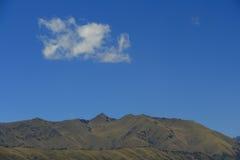 De berg, de hemel en de wolk Stock Afbeelding