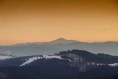 De berg de Karpaten, Bukovel, de Oekraïne van de zonsondergangwinter Royalty-vrije Stock Afbeeldingen