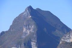 De berg die de Eerste Kromming van de Yangtze-Rivier in Shigu-dorp, Yunnan, China overheerst royalty-vrije stock foto