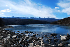 De berg en de rivier van de sneeuw Royalty-vrije Stock Afbeeldingen