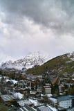 De berg en het dorp van de sneeuw Stock Afbeeldingen