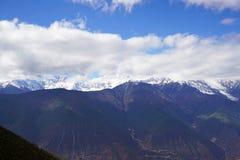 De Berg en het dorp van de Meilisneeuw Stock Foto