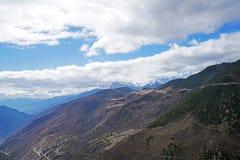 De Berg en het dorp van de Meilisneeuw Stock Afbeeldingen