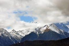 De Berg en het dorp van de Meilisneeuw Stock Fotografie