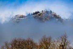De berg met een mistsjaal stock afbeelding