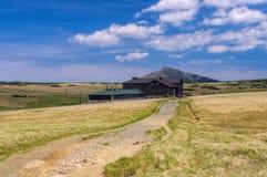 De berg Sniezka en Weidechalet stock afbeeldingen