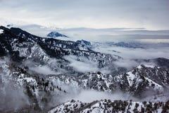 De berg van de bewolking en van de winter royalty-vrije stock afbeeldingen