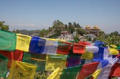 De berg van de gebedvlag dichtbij Namobuddha-klooster stock fotografie
