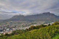 De Berg van de lijst die door Tafelkleed in Kaapstad wordt behandeld Stock Afbeeldingen