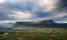 De Berg van de Lijst van Tjahkelij in noordelijk Zweden stock foto's