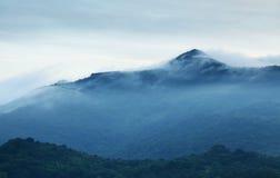 De berg van de ochtendmist stock afbeelding