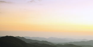 De berg van de schaduw in avond na zonsondergang Stock Foto