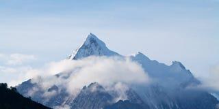 De berg van de sneeuw in ochtend Royalty-vrije Stock Afbeeldingen