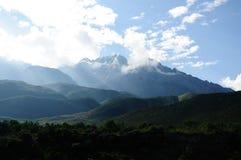 De berg van de sneeuw onder zonneschijn Stock Afbeelding