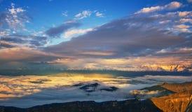 De Berg van de sneeuw, overzees van wolken Stock Foto's
