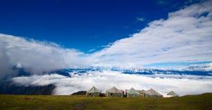 De berg van de sneeuw, overzees van wolken Royalty-vrije Stock Fotografie
