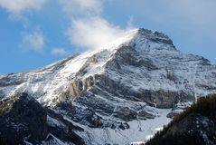 De berg van de sneeuw rond met wolken Stock Foto