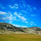 De berg van Dinara over blauwe wolken 1 stock afbeeldingen