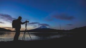 De Berg van fotograafsilhouette with fuji royalty-vrije stock afbeeldingen