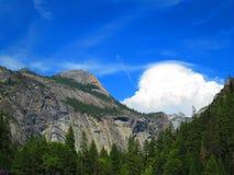 De Berg van de het noordenkoepel in de Zuster van Yosemite en van de Wolk royalty-vrije stock afbeeldingen