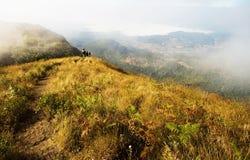 De berg van Intanon van Doi in een mistige ochtend stock foto