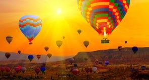 De berg van de de Lentezonsopgang van hete luchtballons royalty-vrije stock afbeeldingen