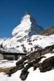 De berg van Matterhorn en kleine hut Stock Foto