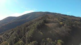 De berg van Nice van Spanje dichtbij het dorp Osor in Catalonië stock videobeelden